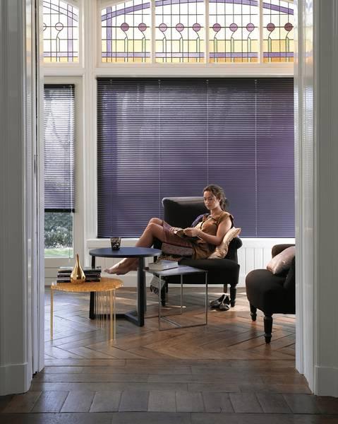 Wohnzimmer Mit Jalousien Und Gardinen