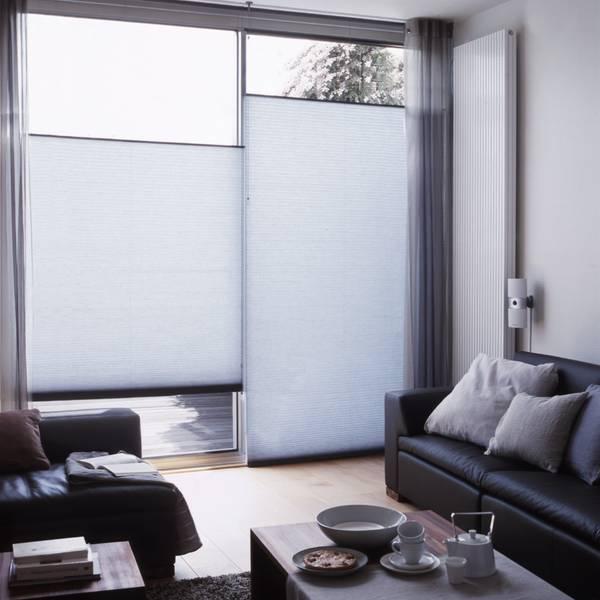 wohnzimmer mit jalousien und gardinen dekofactory. Black Bedroom Furniture Sets. Home Design Ideas