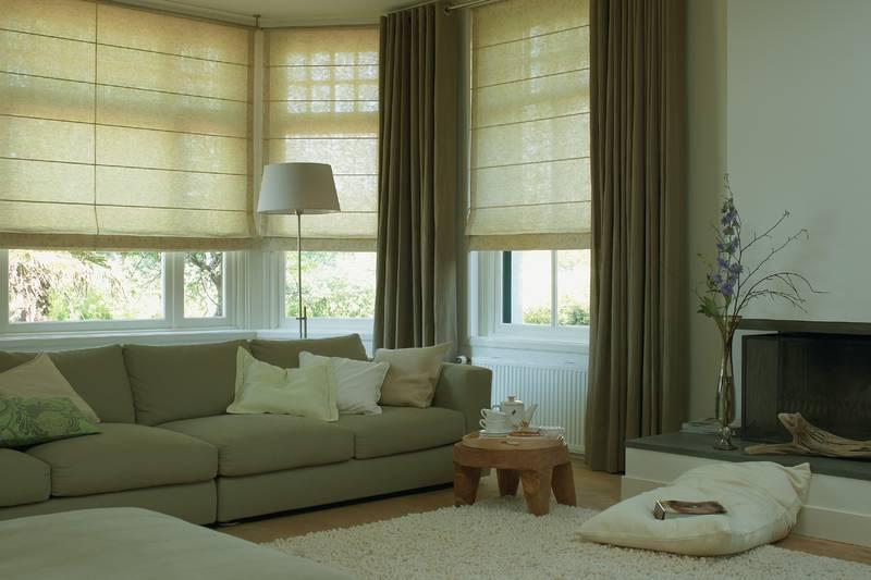 Wohnzimmer mit Jalousien und Gardinen - Dekofactory