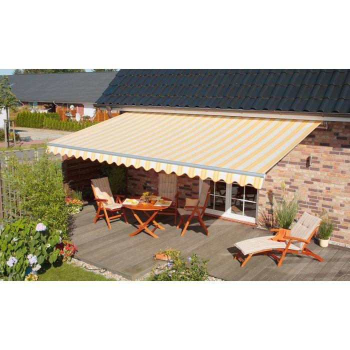 Sommerliche Terrasse mit Markise Solina Plus mit Blockstreifen-Tuch und Wellen-Volant
