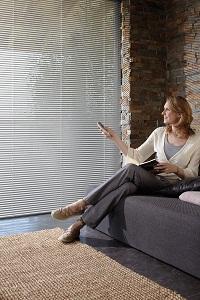 Jalousien sind der perfekte Sonnenschutz, aber auch ein guter Sichtschutz bei neugierigen Nachbarn.