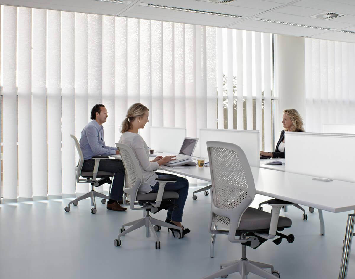 Vertikal-Lamellen-Vorhänge im Büro